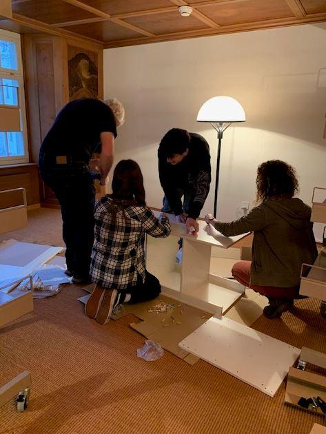 Time-Out Schule hilft bei Aufbau der Möbel
